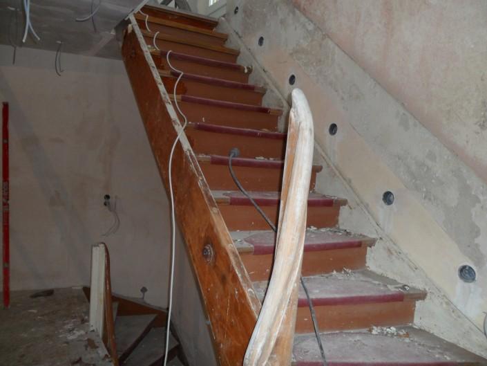Holztreppe vor der Renovierung