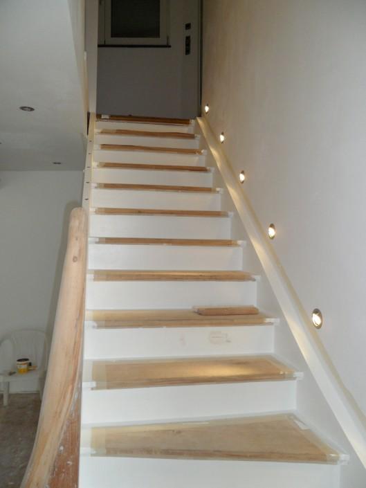 Treppenstufen und Wangen neu lackieren Beleuchtungssystem in der Wand verbaut