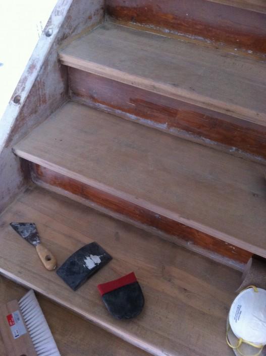 abschleifen der Farbe an Wange und Treppenstufen