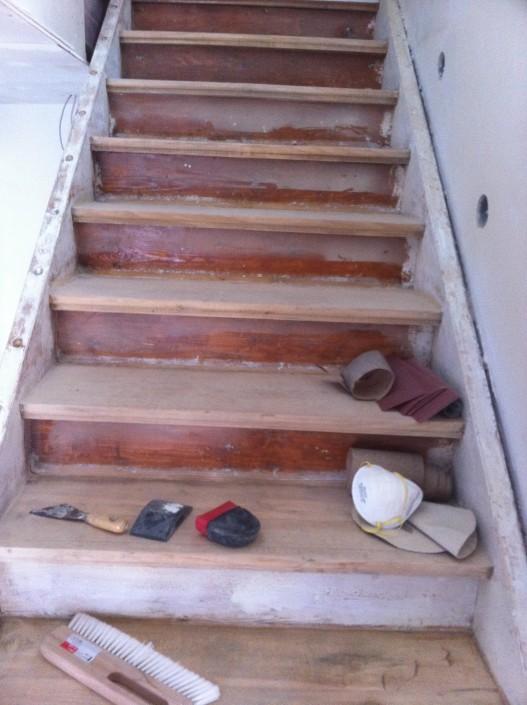schleifen und Feinarbeiten an der Holztreppe
