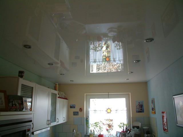 weisse hochglanz Lackspanndecke nach der Renovierung mit Beleuchtungssystem