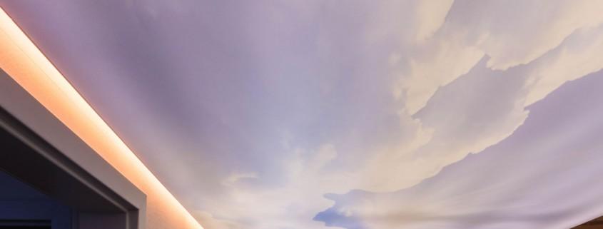 Motivspanndecke hinterleuchtet und Randbeleuchtung Wolkenmotiv