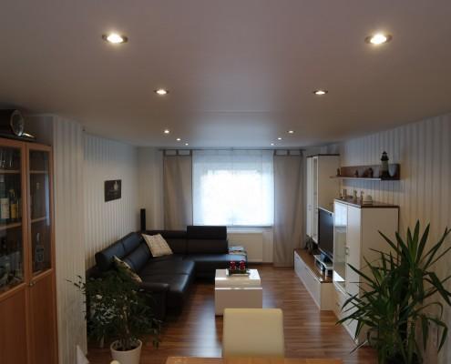 matt weisse Spanndecke mit Beleuchtungssystem im Wohnraum