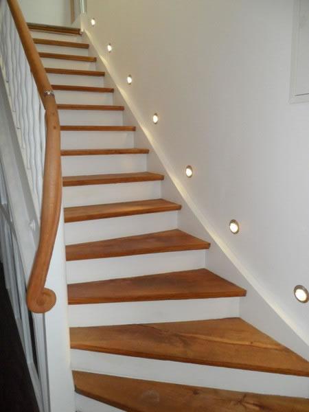 Holztreppe nach der Renovierung mit Beleuchtungssystem