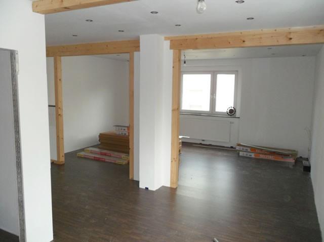 Der neu gestaltete und renovierte Wohnbereich mit Laminatboden und Beleuchtungssystem